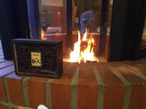 カウンターに座って暖炉の火を眺めながら珈琲を楽しみませんか